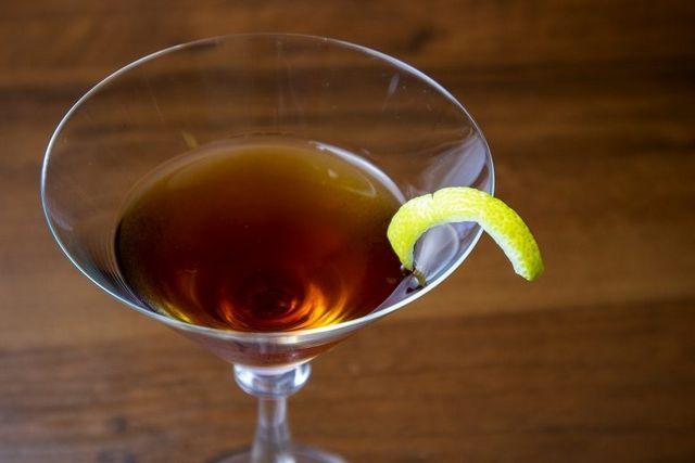 fotografija alkoholnega koktajla Manhattan