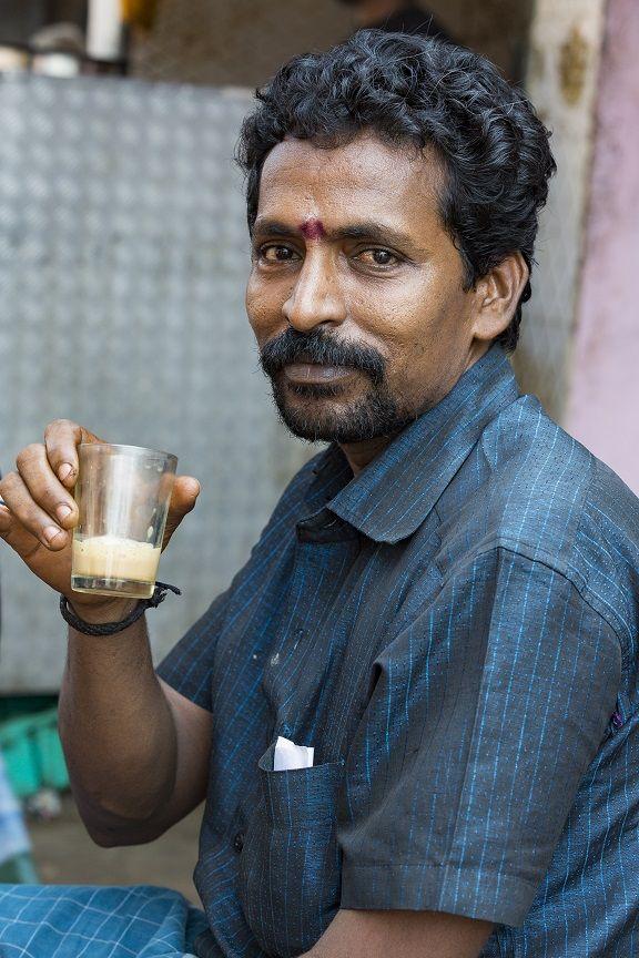 fotografija Indijca, ki pije poceni alkohol