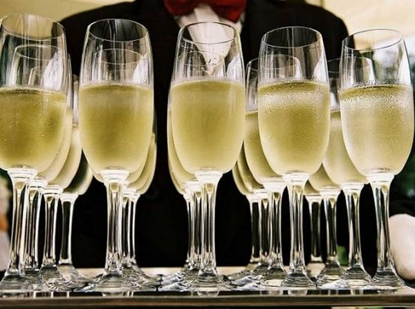 Аперитив це напій, який подається в самому початку прийому гостей, щоб порушити апетит і скрасити очікування самої трапези.