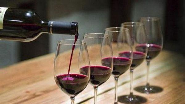Vinul roșu azerbaidjan are o nuanță specială de violet.