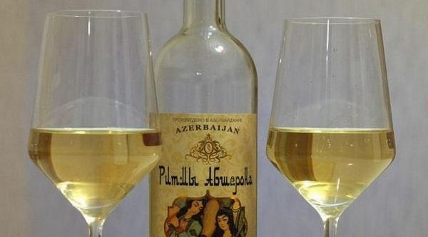 Printre vinurile azerbaidiene există băuturi albe minunate.