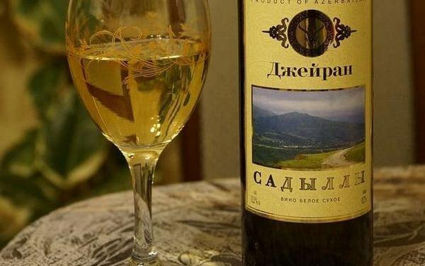 Vinul alb uscat are o aromă plăcută și un gust delicat.