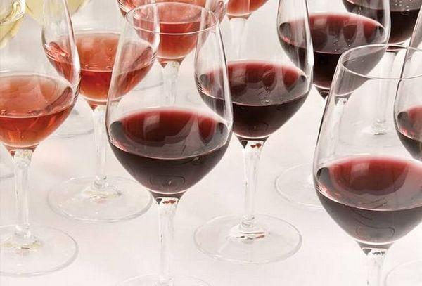 Vinurile din Azerbaidjan se beau din pahare speciale de vin.