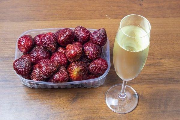fotografia šampanského s jahodami