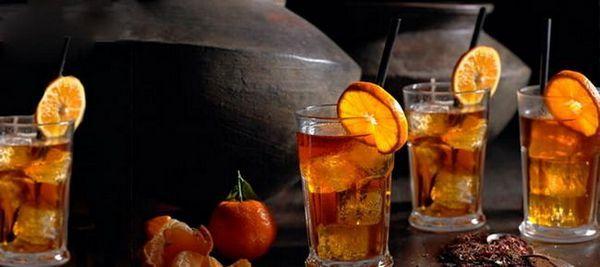 gin s colou a džusem