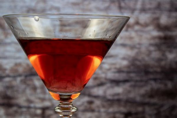 fotografija crvenog vermuta gancha americano u čaši