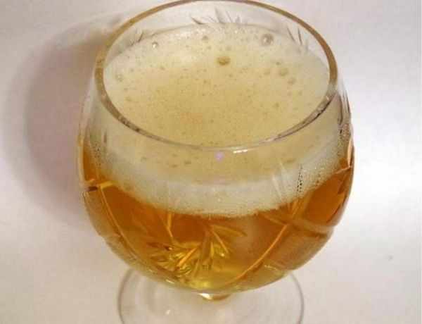 Наливати в стакани сидр найкраще під кутом, щоб на поверхні напою утворилася піна.