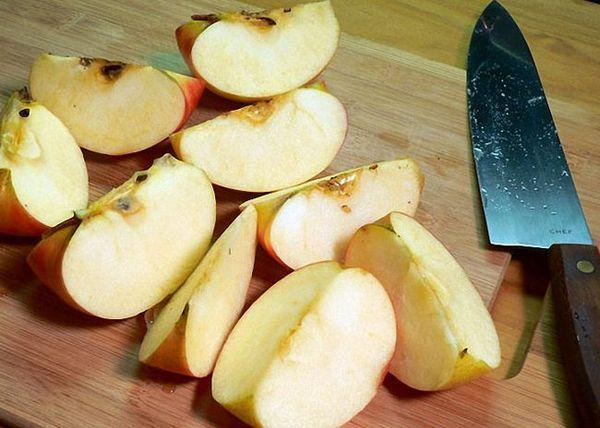 Tăiați merele în bucăți mici