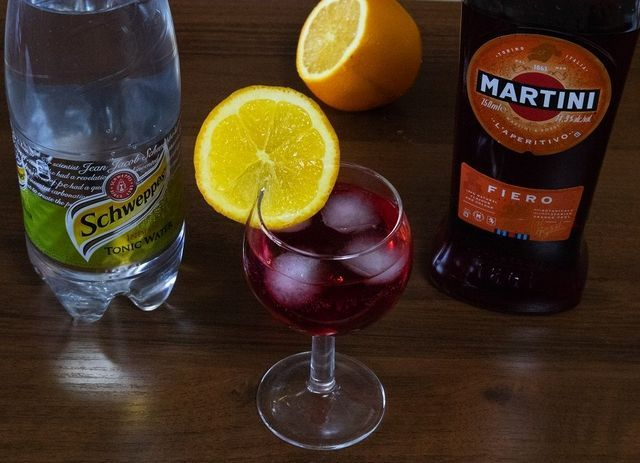 koktajl martini fiero s tonično fotografijo
