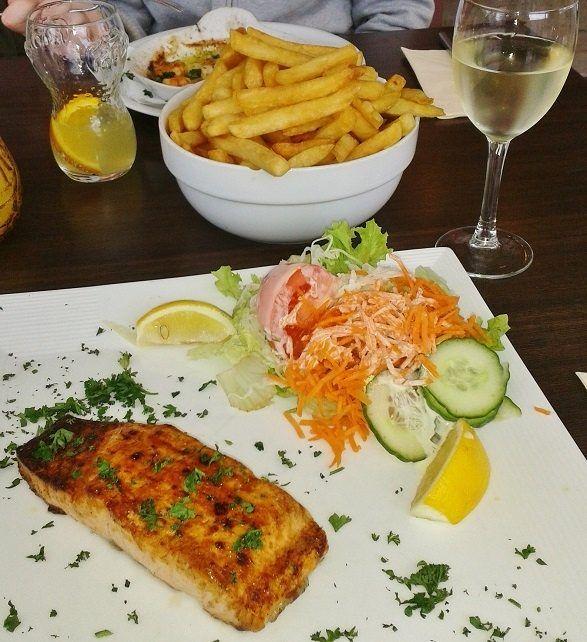 ribe z belim vinom fotografija