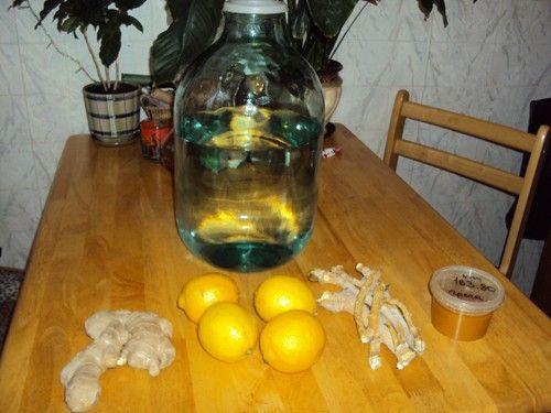 láhev měsíčního svitu na stole