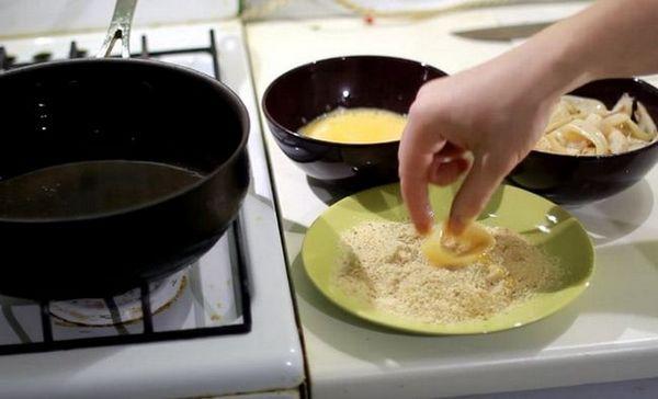 Кожне колечко обмакиваем в яєчну масу, а потім обвалюють у сухарях.