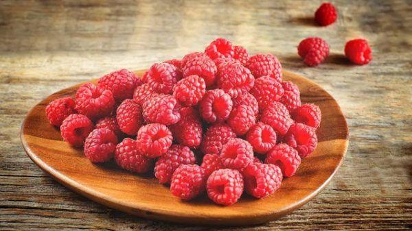 fructe de padure pe o farfurie