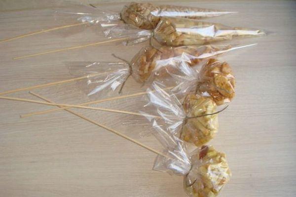 Пакетики з закускою на паличках