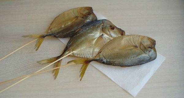 В`ялена рибка насаджується на шпажки