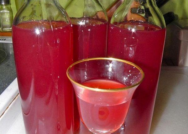 Turnați vinul de rodie în sticle și puneți-l la copt