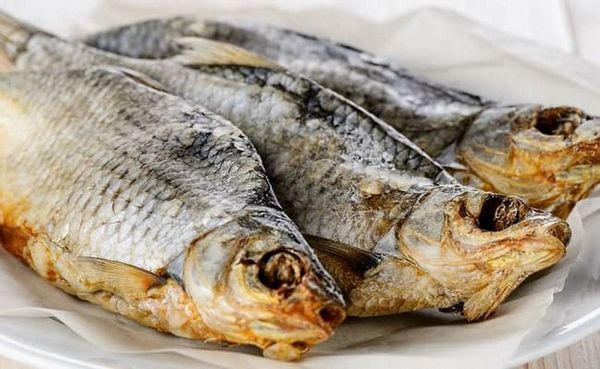 Багатьом подобається суха риба до пива.
