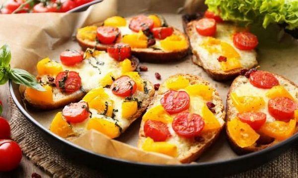 Брускетта з в`яленими томатами і авокадо