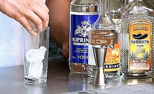 Наповніть склянку кубиками льоду