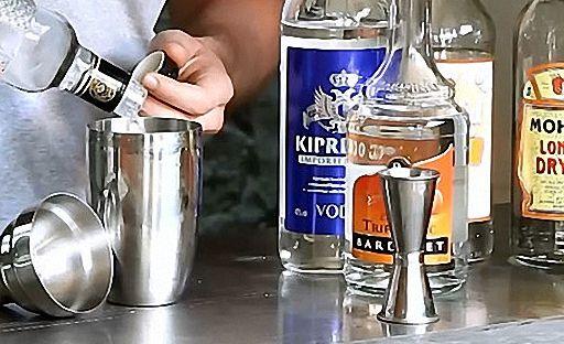 Налийте в шейкер всі напої