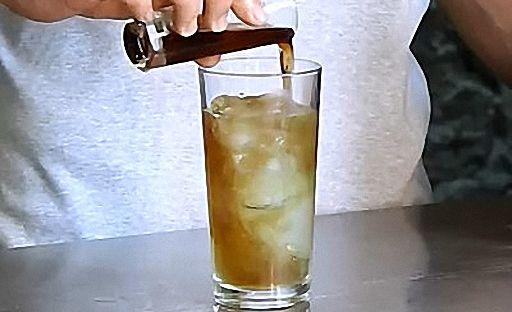 Налийте коктейль у склянку