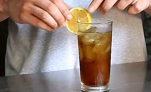 Прикрасьте коктейль Лонг Айленд часточкою лимона