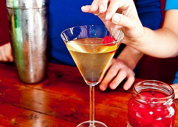 Martini i trešnja koktel poslužuju se ohlađeni
