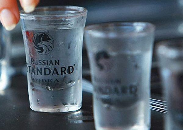 Vodka s ledom se ulije u malu čašu