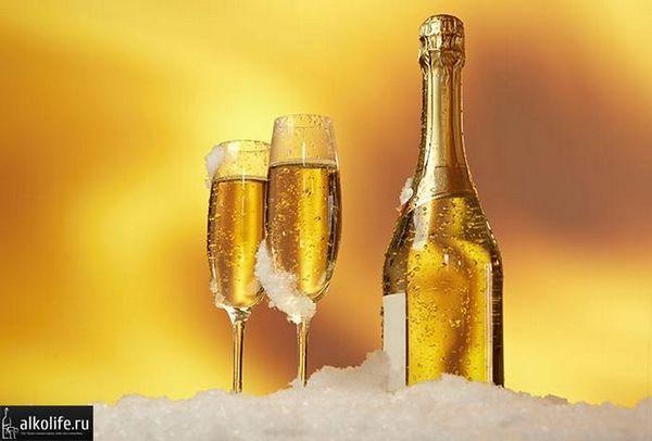 šampanské s poháre v snehu