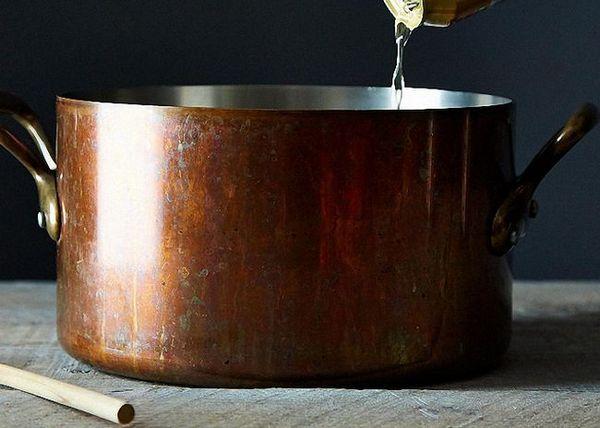 Змішати темне пиво цукрову пудру винний спирт і шоколадну есенцію