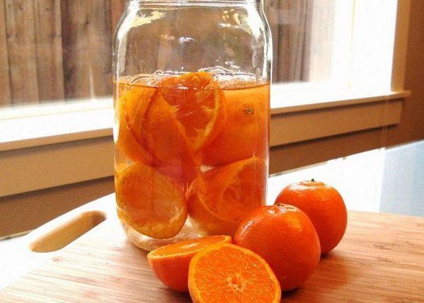 Tăiați portocalele în felii și adăugați alcool