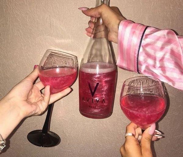 fotografia ružového šampanského so iskrami