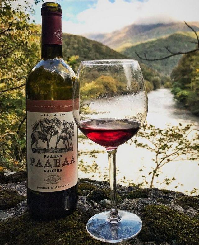 зрачено вино во чаша