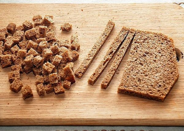 Житній хліб нарізати шматочками і висушити в духовці