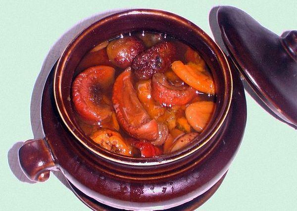 Залити фрукти горілкою і поставити в тепле місце