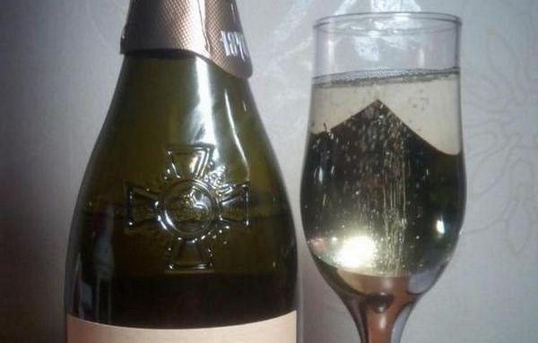 Ігристе вино Лев Голіцин прийнято подавати в традиційних келихах для шампанського.