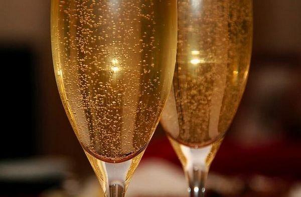 Šumivé víno Moscato sa môže podávať tradičným spôsobom v pohári šampanského.