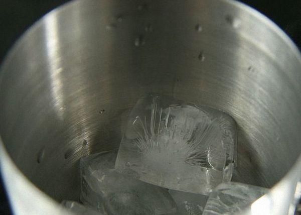 Smíchejte všechny ingredience v třepačce s ledem
