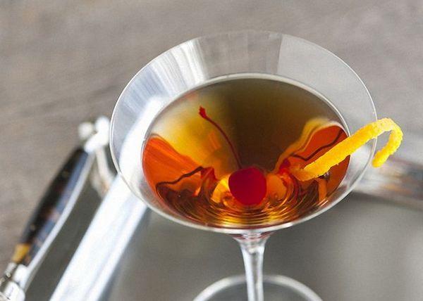 Manhattanský koktejl můžete ozdobit plátkem pomerančové kůry