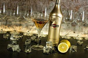 Пляшка мартіні, фужер, лимон