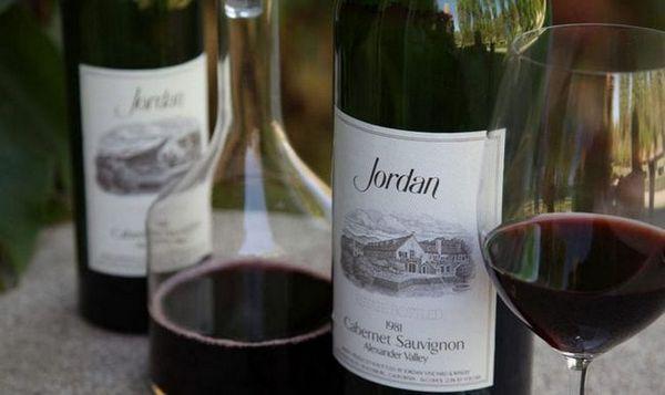 Vin roșu uscat Cabernet Sauvignon are o culoare destul de bogată.