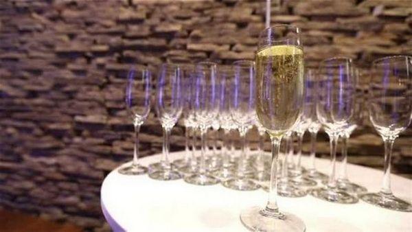 Također pomaže znati kako pravilno držati čašu šampanjca.